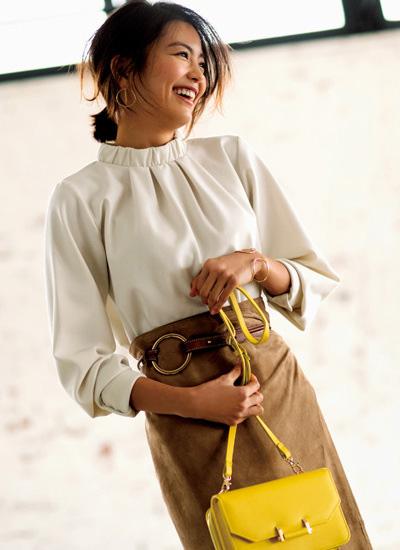 ベージュタイトスカート×スタンドカラー白ブラウス