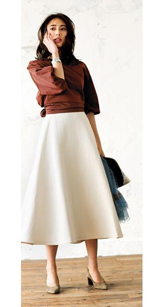 ブラウンブラウス×白フレアスカート
