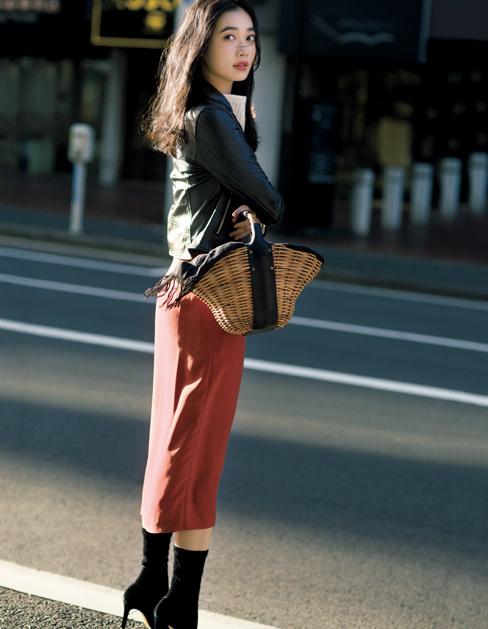 黒ライダース×オレンジタイトスカート