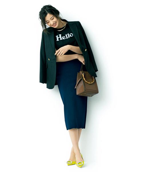 黒Tシャツ×ネイビータイトスカート