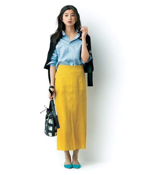デニムシャツ×黄色スカート×ターコイズ色フラットシューズ