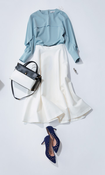 ブルーブラウス×白フレアスカート