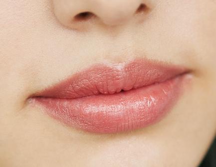 2|ツヤツヤしすぎない端正な唇に仕上げて。