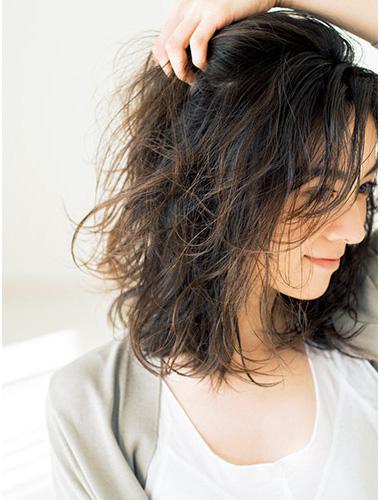 髪はほんのり濡れたような質感のセミウエットがベスト