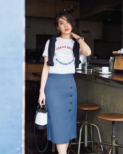 ダルブルーのスカート×プリントTシャツ