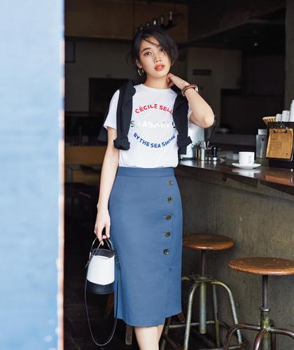 ロゴ白ティーシャツ×ブルーチノタイトスカート