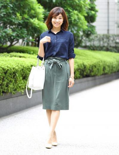 ネイビーシャツ×カーキスカート