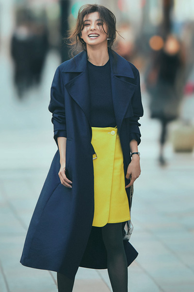 ネイビートレンチコート×黄色スカート