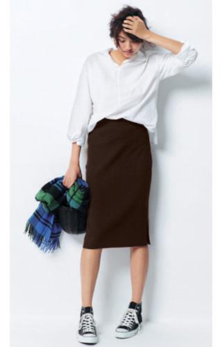 白シャツ×ブラウンタイトスカート