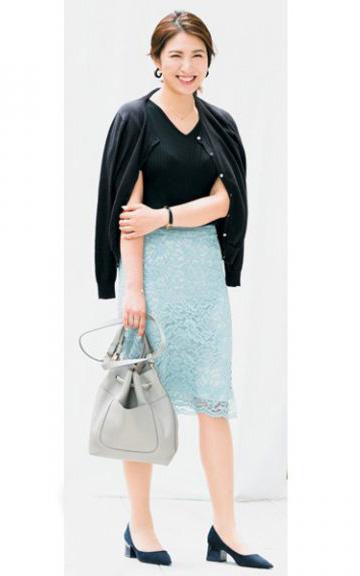 黒カーディガン×ブルータイトスカート