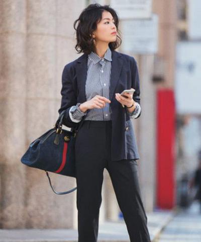 黒スーツ×ギンガムチェック柄シャツ