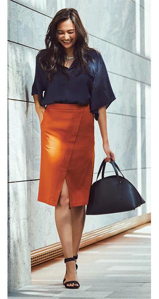 紺シャツ×オレンジタイトスカート
