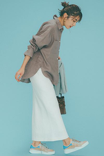 ベージュビッグシャツ×白スカート