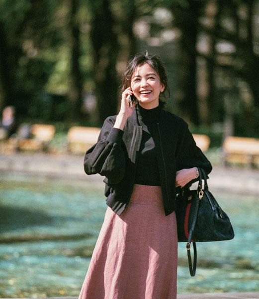 黒ブルゾン×ピンクのフレアスカートコーデ