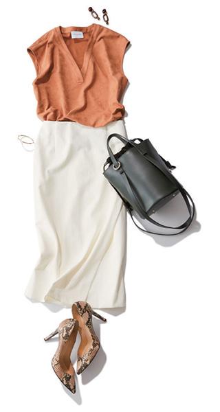 ピンクベージュブラウス×白タイトスカート