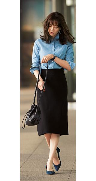 水色シャツ×黒タイトスカート