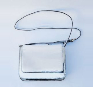プラステのメタリックバッグ