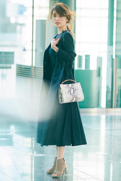 黒ロングコート×ネイビーレースブラウス×ネイビーフレアスカート