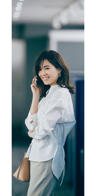 白スタンドカラーシャツ×ベージュパンツ