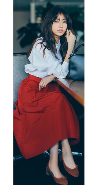 赤ミモレ丈スカート×白シャツ