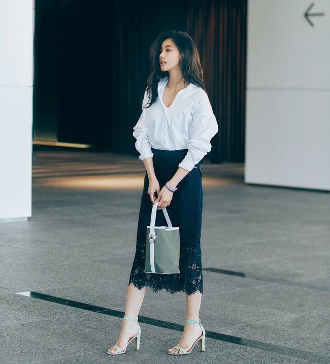 白シャツ×ネイビーレーススカート