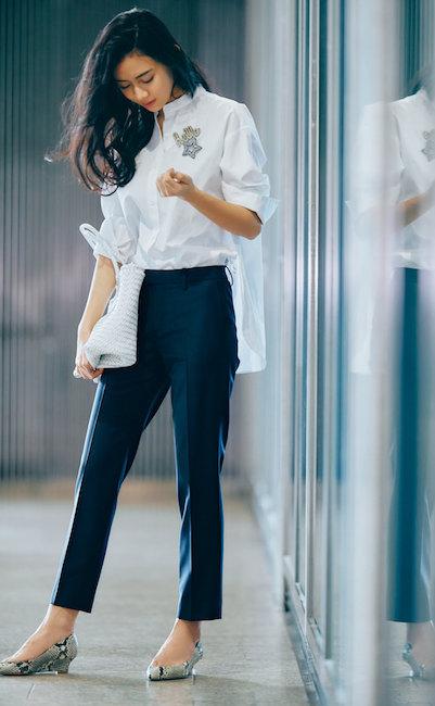 スタンドカラーシャツ+盛り上げブローチ