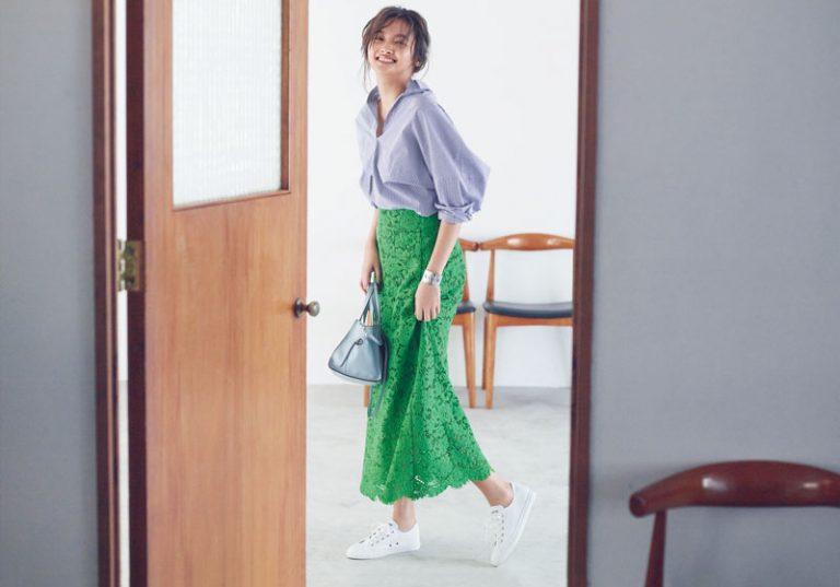 【6】ストライプシャツ×きれい色マキシ丈スカート