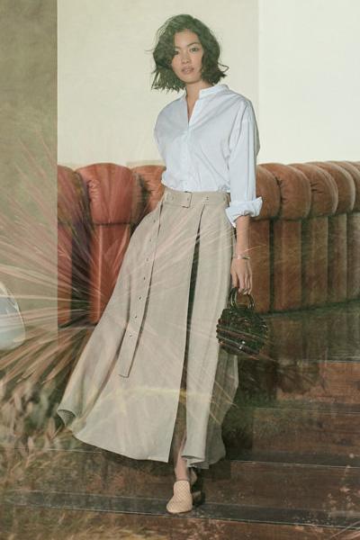 白シャツ×ベージュフレアスカート