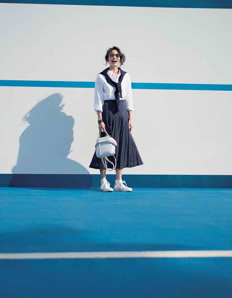 白シャツ×柄ロングスカート