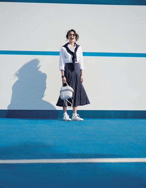 白スニーカー×白シャツ×ネイビードットプリーツスカート