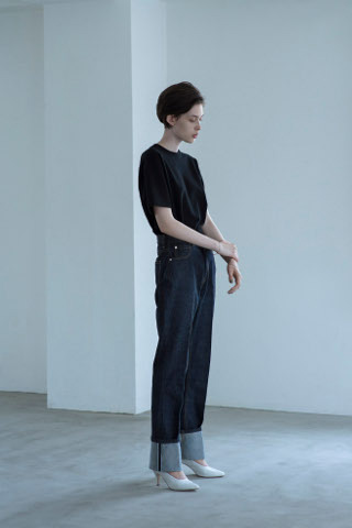 ジーンズ×黒Tシャツ