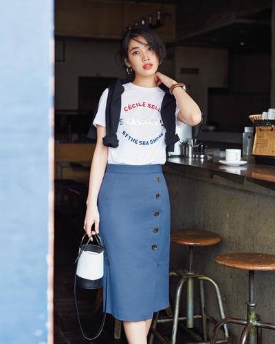 白ロゴTシャツ×ブルータイトスカート