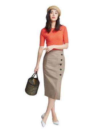 ベレー帽×オレンジニット×ベージュタイトスカート