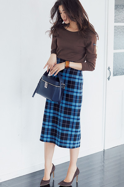 茶色パンプス×ブルーチェック柄スカート