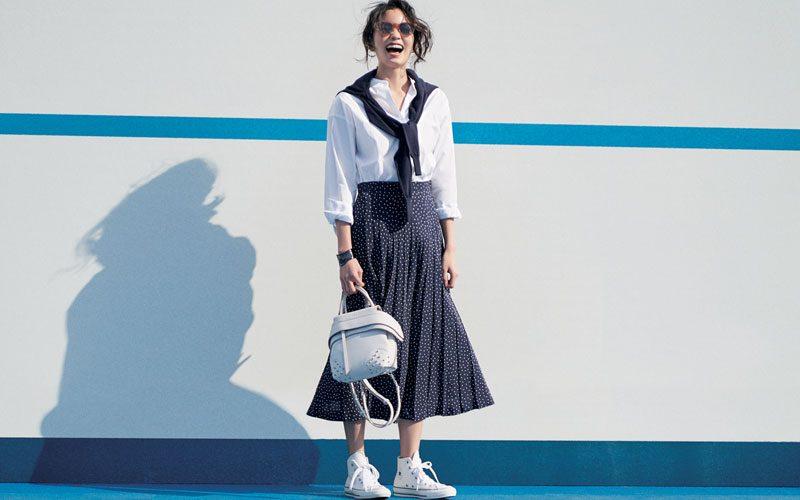白シャツ×ドットプリーツスカート