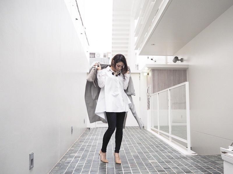 黒スキニーパンツ×白シャツ
