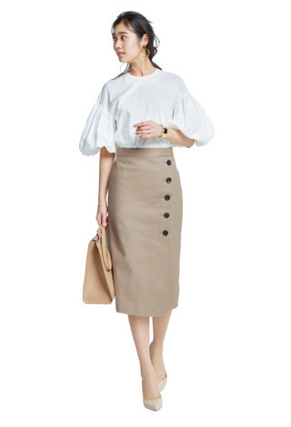 白ブラウス×ベージュタイトスカート