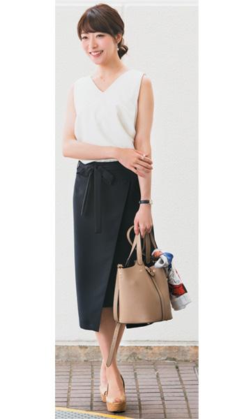 黒スカート×白ノースリーブ