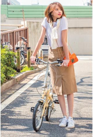 白Tシャツ×チノ風スカート×白スニーカー
