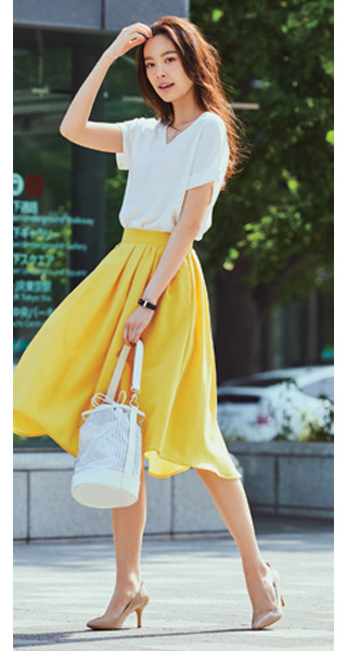 白ティーシャツ×イエロースカート