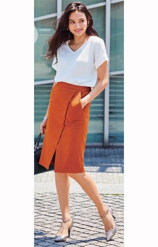 白ティーシャツ×テラコッタカラータイトスカート