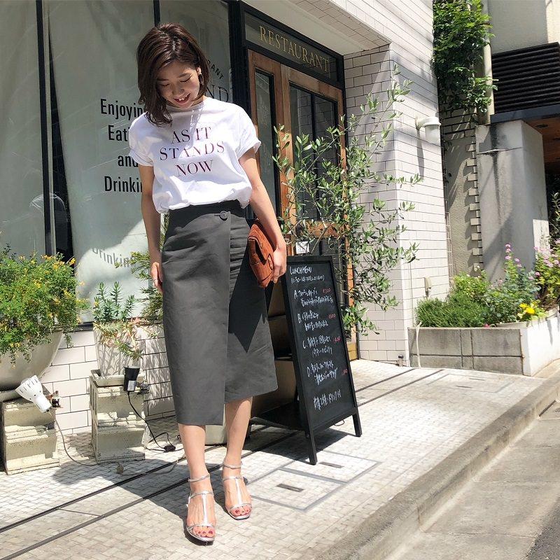 ロゴTシャツ×きれいめスカート