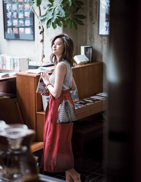 リネンノースリーブ×赤スカート