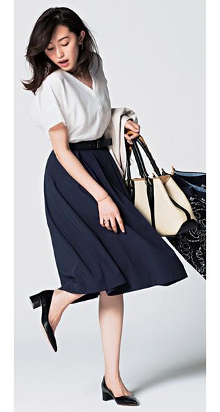 白ブラウス×ネイビーフレアスカート