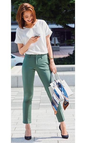 カーキパンツ×白Tシャツ