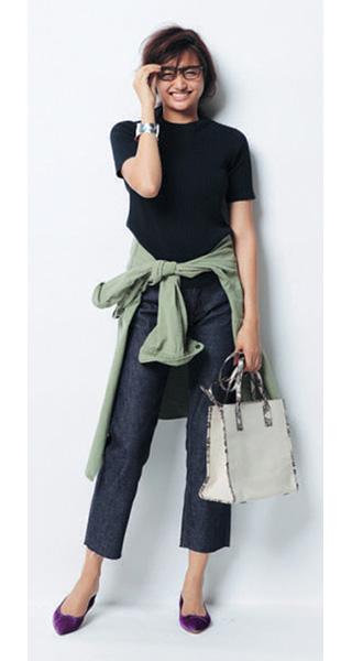 カーキシャツ×黒ニット×デニムパンツ