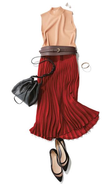 ベージュトップス×赤プリーツスカート