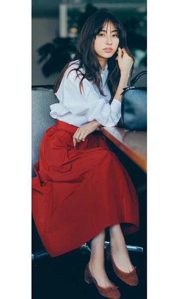 赤マキシスカート×白シャツ