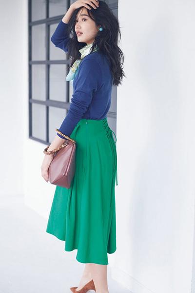グリーンスカーフ×青ニット×グリーンスカート