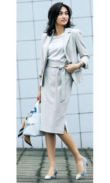 軽快な淡いグレーのスカートスーツ×水色パンプス